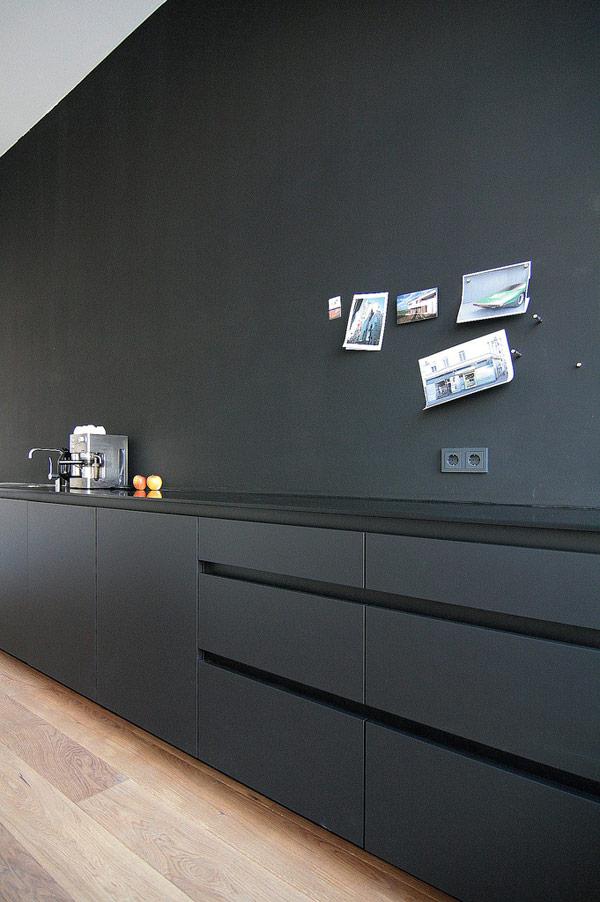 Hel svart kök med magnetfärg och matta luckor, riktigt cleant