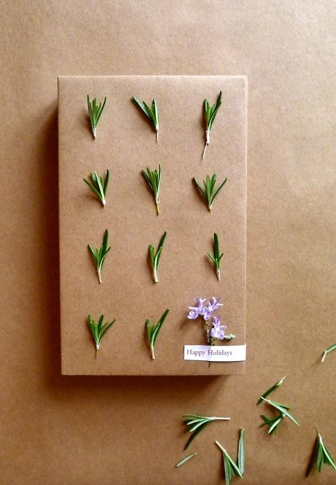 Paket med blommor och barr.