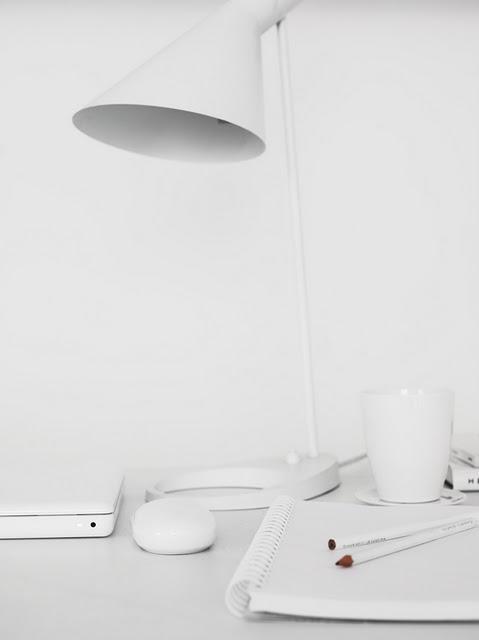 Lampa , kopp, dator, vitt.